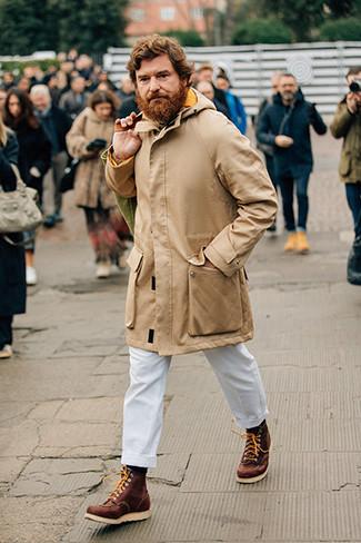 Combinar un jersey de cuello alto de punto en beige: Equípate un jersey de cuello alto de punto en beige con un pantalón chino blanco para conseguir una apariencia relajada pero elegante. Si no quieres vestir totalmente formal, complementa tu atuendo con botas de trabajo de cuero marrónes.