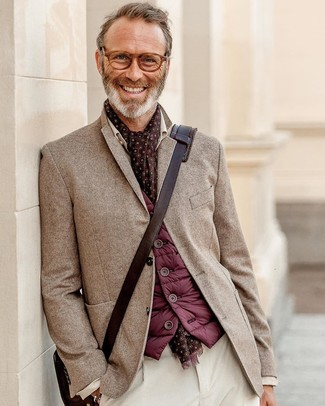 Cómo combinar: bolso mensajero de cuero en marrón oscuro, pantalón chino de pana blanco, blazer de espiguilla marrón, chaleco de abrigo burdeos
