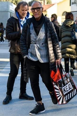 Combinar un abrigo de plumón negro: Intenta combinar un abrigo de plumón negro con un pantalón chino negro para un almuerzo en domingo con amigos. ¿Quieres elegir un zapato informal? Opta por un par de deportivas en negro y blanco para el día.