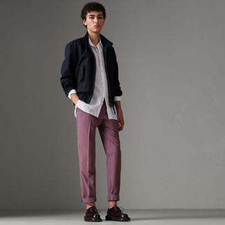 Cómo combinar: zapatos derby de cuero burdeos, pantalón chino a cuadros burdeos, camisa de manga larga blanca, cazadora harrington azul marino