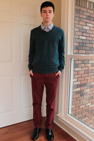 Cómo combinar: zapatos derby de cuero negros, pantalón chino burdeos, camisa de manga larga a cuadros celeste, jersey de pico verde oscuro