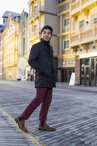 Combinar unos botines chelsea de ante marrónes: Si buscas un estilo adecuado y a la moda, elige una gabardina azul marino y un pantalón chino burdeos. Luce este conjunto con botines chelsea de ante marrónes.