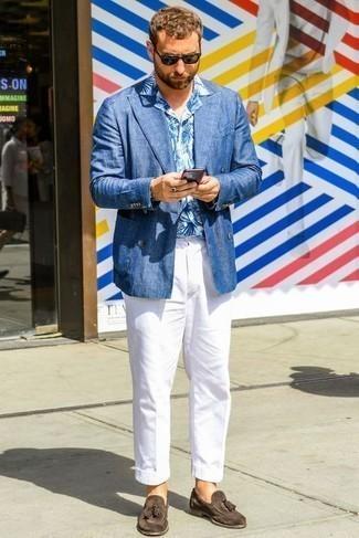 Outfits hombres: Considera emparejar un blazer cruzado de lino azul junto a un pantalón chino blanco para un lindo look para el trabajo. Dale onda a tu ropa con mocasín con borlas de ante en marrón oscuro.