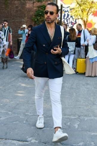 Combinar un pañuelo de bolsillo azul marino: Intenta combinar un blazer cruzado azul marino con un pañuelo de bolsillo azul marino para una apariencia fácil de vestir para todos los días. Este atuendo se complementa perfectamente con tenis de cuero blancos.