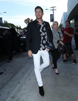 Cómo combinar: botines chelsea de ante negros, pantalón chino blanco, camisa de manga corta estampada en negro y blanco, blazer negro