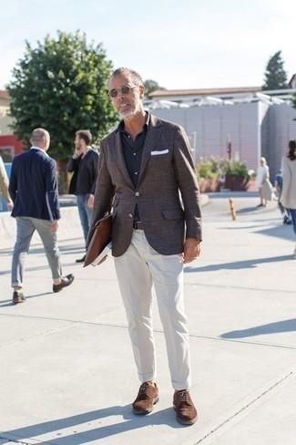 Combinar un pañuelo de bolsillo blanco: Emparejar un blazer de tartán en marrón oscuro junto a un pañuelo de bolsillo blanco es una opción excelente para el fin de semana. Con el calzado, sé más clásico y opta por un par de zapatos brogue de ante marrónes.