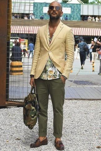 Combinar un reloj plateado: Ponte un blazer marrón claro y un reloj plateado transmitirán una vibra libre y relajada. Con el calzado, sé más clásico y haz mocasín con borlas de cuero marrón tu calzado.