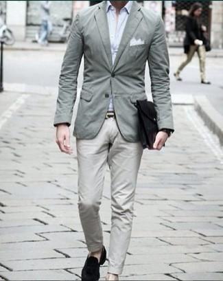 Combinar un reloj negro: Empareja un blazer en verde menta junto a un reloj negro para un look agradable de fin de semana. Con el calzado, sé más clásico y opta por un par de mocasín de terciopelo negro.