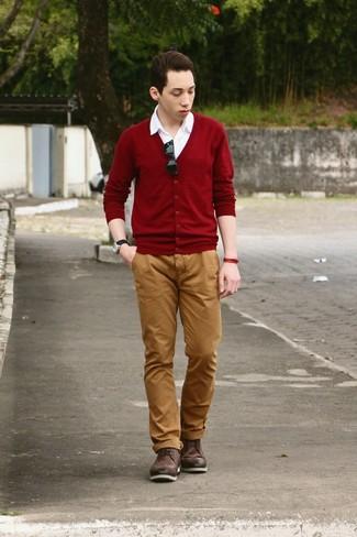 Cómo combinar: botas brogue de cuero en marrón oscuro, pantalón chino en tabaco, camisa de manga corta blanca, cárdigan burdeos