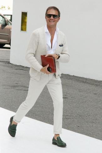 Outfits hombres: Ponte un cárdigan en beige y un pantalón chino en beige para un almuerzo en domingo con amigos. Haz mocasín de cuero verde oscuro tu calzado para mostrar tu inteligencia sartorial.