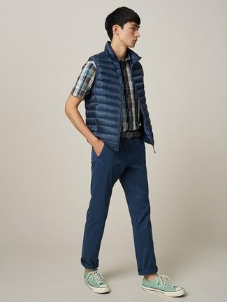 Cómo combinar: tenis de lona en verde menta, pantalón chino azul marino, camisa de manga corta de tartán azul marino, chaleco de abrigo azul marino