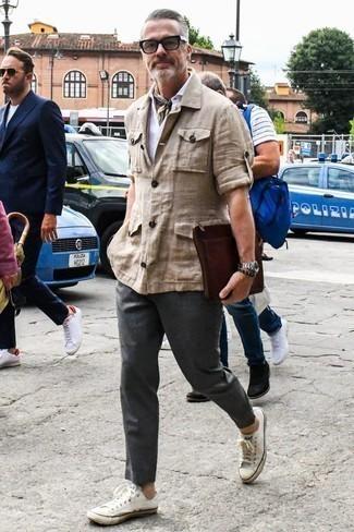 Combinar un pantalón chino en gris oscuro: Equípate una chaqueta campo de lino en beige junto a un pantalón chino en gris oscuro para cualquier sorpresa que haya en el día. Si no quieres vestir totalmente formal, opta por un par de tenis de lona blancos.
