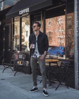 Combinar una chaqueta estilo camisa negra: Si buscas un estilo adecuado y a la moda, ponte una chaqueta estilo camisa negra y un pantalón chino en gris oscuro. Si no quieres vestir totalmente formal, haz tenis de lona negros tu calzado.