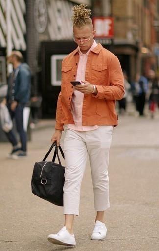 Combinar unas gafas de sol rosadas: Haz de una chaqueta estilo camisa naranja y unas gafas de sol rosadas tu atuendo para un look agradable de fin de semana. Dale onda a tu ropa con tenis de cuero blancos.