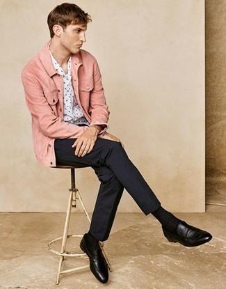 Combinar un mocasín de cuero negro: Empareja una chaqueta estilo camisa rosada junto a un pantalón chino azul marino para un lindo look para el trabajo. Con el calzado, sé más clásico y opta por un par de mocasín de cuero negro.