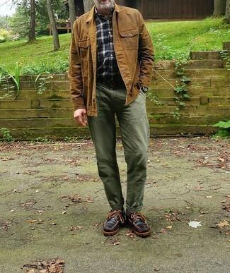 Outfits hombres: Casa una chaqueta estilo camisa marrón claro junto a una camisa de manga corta de tartán azul marino para un look diario sin parecer demasiado arreglada.