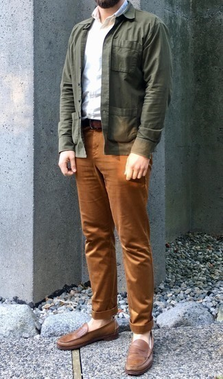 Combinar un mocasín de cuero marrón: Usa una chaqueta estilo camisa verde oliva y un pantalón chino en tabaco para el after office. ¿Te sientes valiente? Completa tu atuendo con mocasín de cuero marrón.