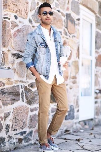 Outfits hombres: Empareja una chaqueta vaquera celeste con un pantalón chino marrón claro para lidiar sin esfuerzo con lo que sea que te traiga el día. ¿Por qué no añadir tenis de lona celestes a la combinación para dar una sensación más relajada?