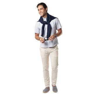 Cómo combinar: alpargatas de lona en azul marino y blanco, pantalón chino en beige, camisa de manga corta blanca, jersey con cuello circular azul marino