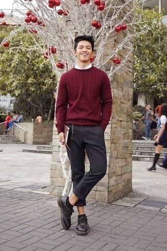 Combinar unos calcetines invisibles: Equípate un jersey de ochos burdeos con unos calcetines invisibles para un look agradable de fin de semana. ¿Te sientes valiente? Haz zapatos derby de cuero negros tu calzado.