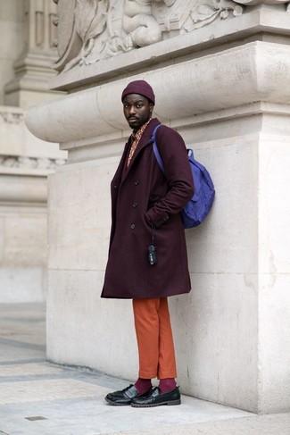 Cómo combinar: mocasín de cuero negro, pantalón chino naranja, camisa de manga larga estampada roja, abrigo largo morado oscuro