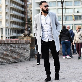 Cómo combinar: botines chelsea de ante negros, pantalón chino de pana negro, camisa de manga larga blanca, abrigo largo gris