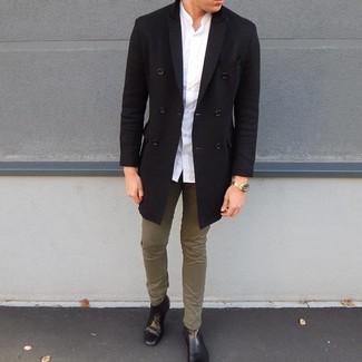 Cómo combinar: botines chelsea de cuero negros, pantalón chino verde oliva, camisa de manga larga blanca, abrigo largo negro