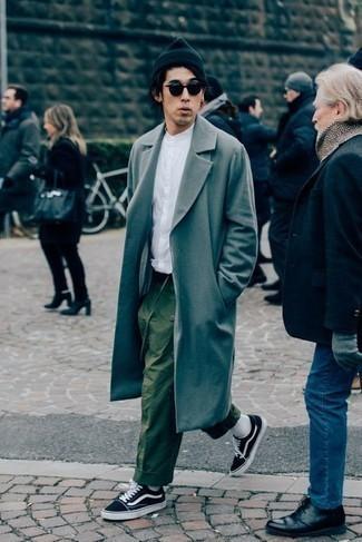 Combinar un abrigo largo gris: Intenta combinar un abrigo largo gris junto a un pantalón chino verde oliva para lograr un look de vestir pero no muy formal. Si no quieres vestir totalmente formal, complementa tu atuendo con tenis de lona en negro y blanco.