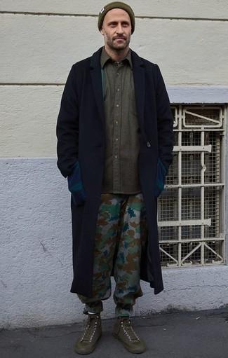 Outfits hombres: Casa un abrigo largo azul marino con un pantalón chino de camuflaje gris para las 8 horas. Para darle un toque relax a tu outfit utiliza zapatillas altas de lona verde oliva.