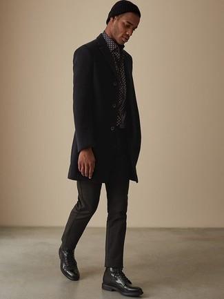 Combinar un abrigo: Considera ponerse un abrigo y un pantalón chino negro para después del trabajo. Botas casual de cuero negras levantan al instante cualquier look simple.