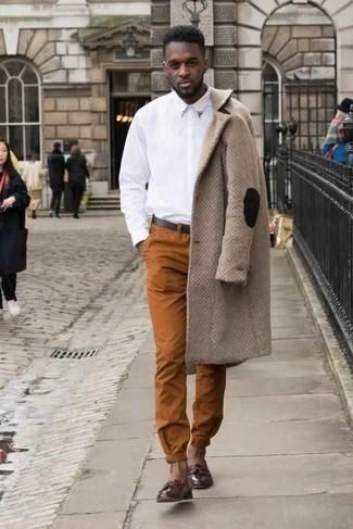 Combinar un mocasín con borlas de cuero burdeos: Perfecciona el look casual elegante en un abrigo largo marrón claro y un pantalón chino en tabaco. ¿Te sientes valiente? Completa tu atuendo con mocasín con borlas de cuero burdeos.