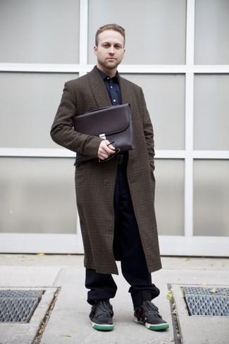 Moda para hombres de 30 años en clima frío: Haz de un abrigo largo de tartán en marrón oscuro y un pantalón chino azul marino tu atuendo para crear un estilo informal elegante. Si no quieres vestir totalmente formal, usa un par de tenis de cuero en gris oscuro.