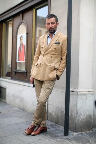 Combinar un blazer cruzado en beige: Intenta ponerse un blazer cruzado en beige y un pantalón chino marrón claro para las 8 horas. ¿Te sientes valiente? Completa tu atuendo con zapatos derby de cuero marrónes.