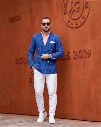 Cómo combinar: tenis de cuero blancos, pantalón chino blanco, camisa de manga larga rosada, blazer cruzado de rayas verticales azul