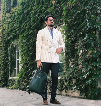 Combinar una bolsa tote de cuero verde oscuro: Para un atuendo tan cómodo como tu sillón ponte un blazer cruzado de rayas verticales en beige y una bolsa tote de cuero verde oscuro. Opta por un par de mocasín con borlas de ante marrón para mostrar tu inteligencia sartorial.