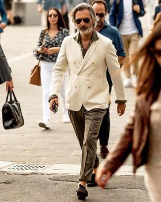 Cómo combinar un pantalón chino con un mocasín con borlas: Usa un blazer cruzado blanco y un pantalón chino para crear un estilo informal elegante. Usa un par de mocasín con borlas para mostrar tu inteligencia sartorial.