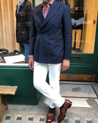 Cómo combinar: zapatos oxford de cuero marrónes, pantalón chino blanco, camisa de manga larga de cuadro vichy en rojo y blanco, blazer cruzado azul marino