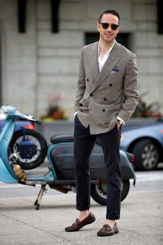Outfits hombres: Casa un blazer cruzado gris junto a un pantalón chino azul marino para crear un estilo informal elegante. ¿Te sientes valiente? Complementa tu atuendo con mocasín de cuero en marrón oscuro.