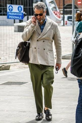 Moda para hombres de 40 años: Empareja un blazer cruzado de lino en beige junto a un pantalón chino verde oliva para un lindo look para el trabajo. Con el calzado, sé más clásico y elige un par de zapatos con doble hebilla de cuero negros.