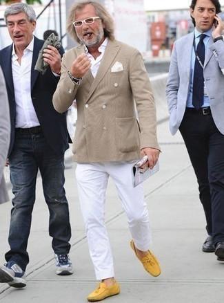 Combinar un pañuelo de bolsillo blanco: Para un atuendo que esté lleno de caracter y personalidad elige un blazer cruzado marrón claro y un pañuelo de bolsillo blanco. Mocasín de cuero amarillo son una opción práctica para completar este atuendo.