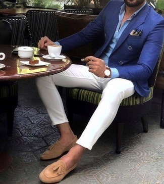 Combinar un mocasín con borlas de ante marrón claro: Casa un blazer cruzado azul con un pantalón chino blanco para crear un estilo informal elegante. Completa tu atuendo con mocasín con borlas de ante marrón claro para mostrar tu inteligencia sartorial.