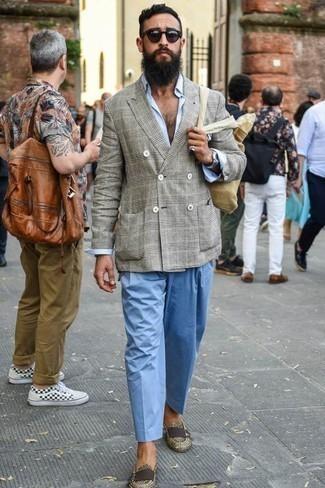 Combinar una bolsa tote de lona en beige: Para un atuendo tan cómodo como tu sillón elige un blazer cruzado de tartán gris y una bolsa tote de lona en beige. ¿Te sientes valiente? Elige un par de mocasín de cuero en beige.
