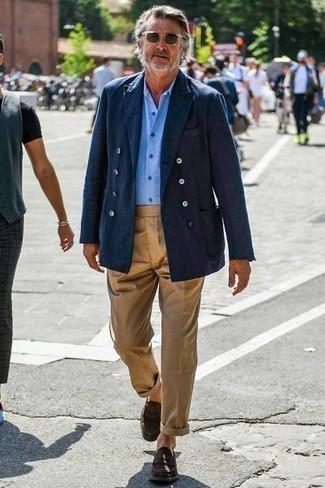 Combinar un pantalón chino marrón claro: Considera emparejar un blazer cruzado azul marino con un pantalón chino marrón claro para las 8 horas. Agrega mocasín de ante en marrón oscuro a tu apariencia para un mejor estilo al instante.