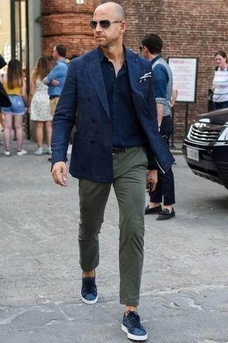 Combinar unos tenis de lona azul marino: Opta por un blazer cruzado azul marino y un pantalón chino verde oliva para el after office. Para darle un toque relax a tu outfit utiliza tenis de lona azul marino.