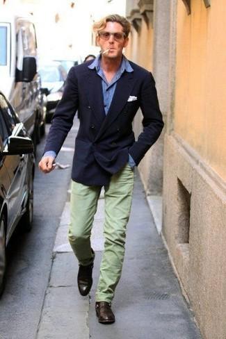 Combinar un pantalón chino en verde menta en clima cálido: Destaca entre otros civiles elegantes con un blazer cruzado azul marino y un pantalón chino en verde menta. Dale onda a tu ropa con mocasín de cuero en marrón oscuro.