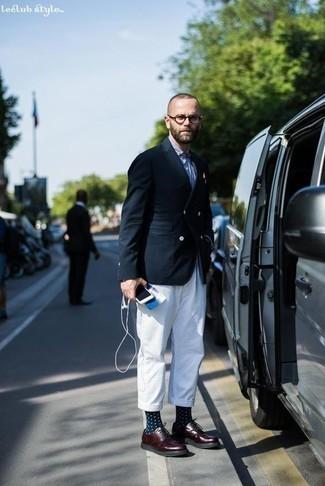 Combinar un blazer cruzado azul marino: Emparejar un blazer cruzado azul marino con un pantalón chino blanco es una opción muy buena para un día en la oficina. ¿Te sientes valiente? Opta por un par de zapatos derby de cuero burdeos.