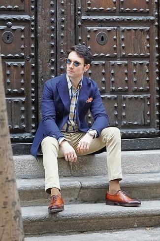 Combinar un blazer cruzado azul marino: Si buscas un look en tendencia pero clásico, ponte un blazer cruzado azul marino y un pantalón chino en beige. Con el calzado, sé más clásico y complementa tu atuendo con zapatos oxford de cuero en tabaco.