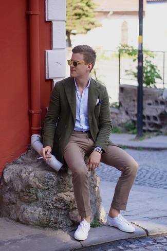 Cómo combinar: tenis blancos, pantalón chino marrón, camisa de manga larga celeste, blazer cruzado verde oliva