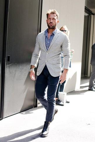 Cómo combinar: botas brogue de cuero negras, pantalón chino azul marino, camisa de manga larga con print de flores en azul marino y blanco, blazer de punto gris