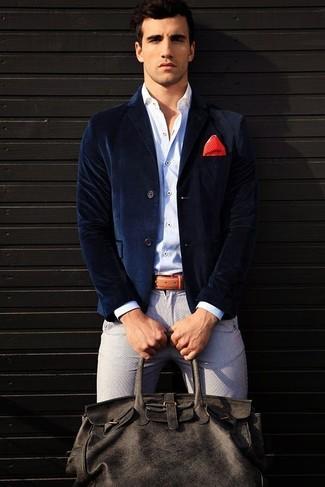 Cómo combinar: bolsa de viaje de cuero en gris oscuro, pantalón chino gris, camisa de manga larga blanca, blazer de terciopelo azul marino